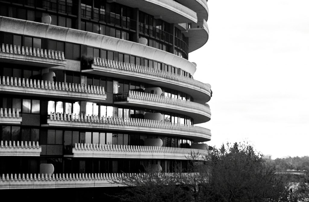 The Watergate's distinctive toothlike balcony stalagmites provide add rhythm to the buildings' rounded forms | © Deane Madsen